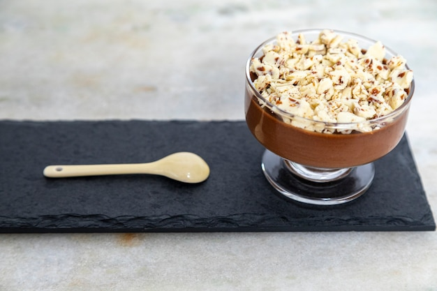 Milchschokoladenmousse mit schokoladenspänen.