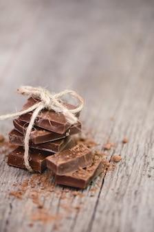 Milchschokoladenstapel auf holz