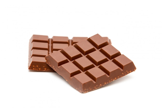 Milchschokoladenstücke isoliert auf weiß