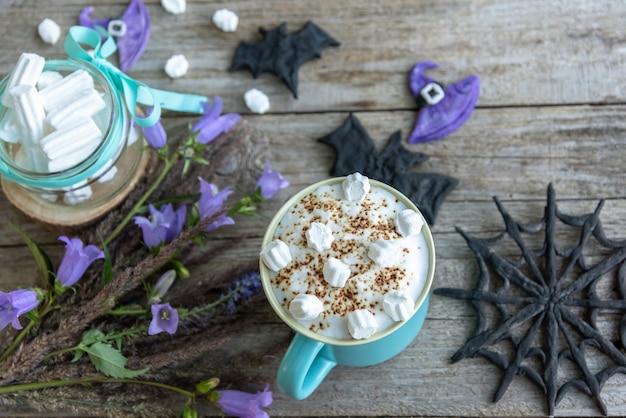 Milchshake mit marshmallows für halloween.