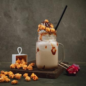 Milchshake mit popcorn und karamell
