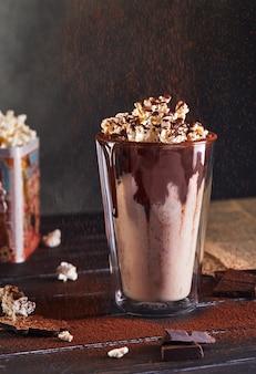 Milchshake mit schokolade und popcorn