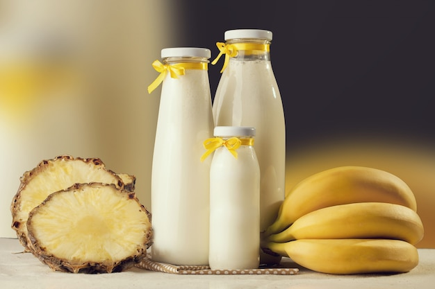 Milchshake schmeckt frisch zubereitet mit banane und ananas