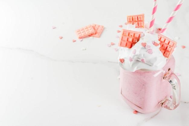 Milchshake zum valentinstag mit rosa schokolade
