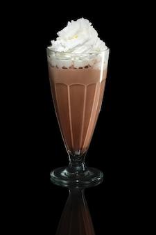 Milchshakeschokoladen-sommercocktail lokalisiert auf schwarzem