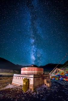 Milchstraße an einer heiligen tibetischen buddhistischen stätte