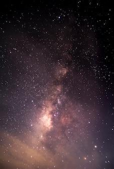 Milchstraße, die auf einen hellen sternhintergrund zeigt