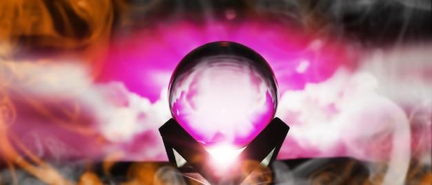 Milchstraße in magischer sphäre, wahrsagerin, gedankenkraftkonzept. zauberball-vorhersagen. geheimnisvolle komposition. wahrsagerin, geisteskraft, vorhersagekonzept. platz kopieren