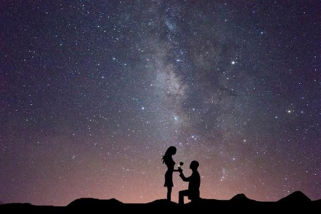 Milchstraße mit silhouette der menschen