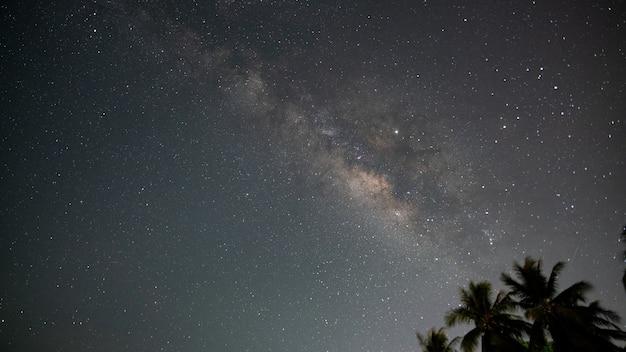 Milchstraße mit sternen, die nachts hell schön auf dem himmelshintergrund in phuket thailand leuchten erstaunliche milchstraße und sterne am nachthimmel.