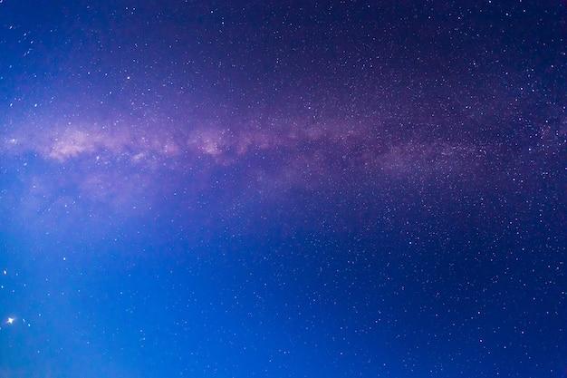 Milchstraße mit sternen und weltraumstaub im universum. astronomie.