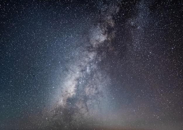 Milchstraße mit sternenhimmel im nächtlichen himmel