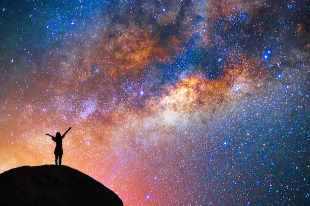 Milchstraße, stern, mit glücklichem mädchen auf dem berg