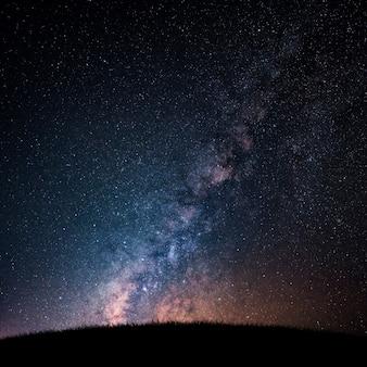 Milchstraße und sternenklarer nächtlicher himmel