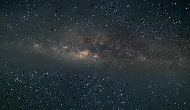 Milchstraße und sternenschleife am dunklen himmel