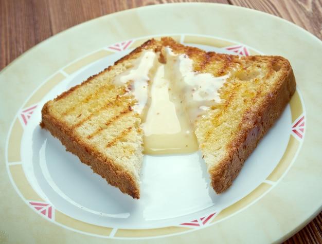 Milchtoast - frühstücksnahrung aus geröstetem brot in warmer milch mit zucker und butter in der region neuengland