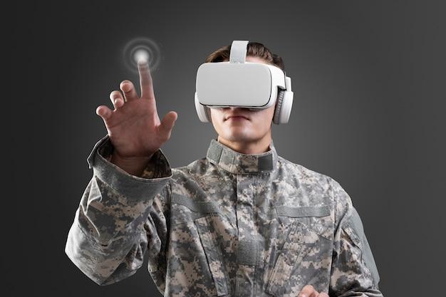 Militär im vr-headset, das virtuellen bildschirm berührt