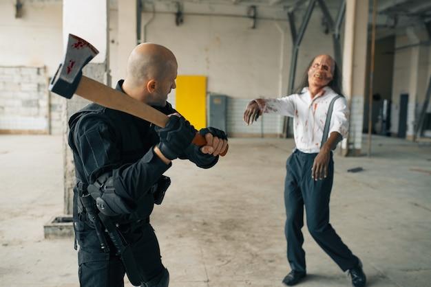 Militär mit axt, kampf mit zombie in verlassener fabrik. horror in der stadt, gruselige krabbeltiere, weltuntergangs-apokalypse, verdammte böse monster