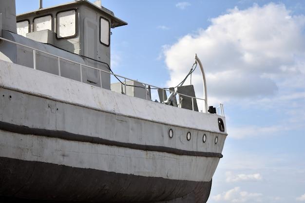 Militärboot nahaufnahme, blauer himmel