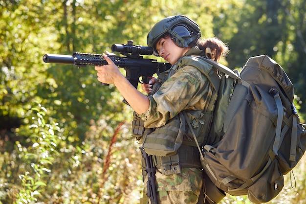 Militärfrau hat hobby-aktivität, übung verleiht erfolg jagd