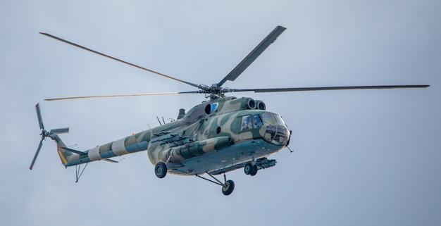 Militärhubschrauber auf einer mission vor dem hintergrund des himmels.