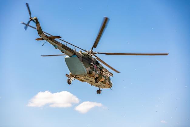 Militärhubschrauber fliegen während der übung, die eine militärische demonstration durchführt