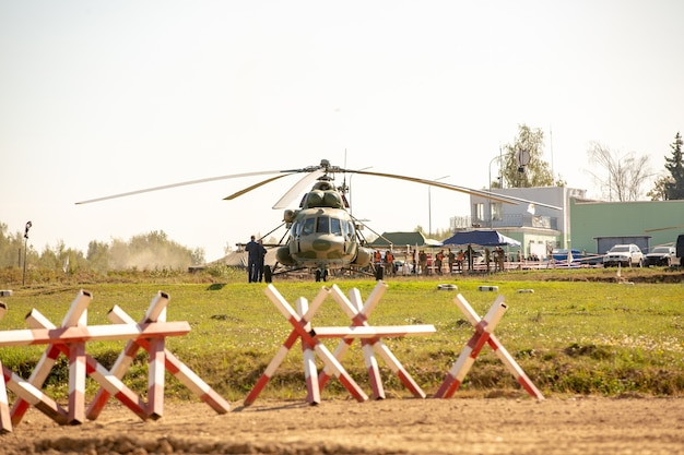 Militärhubschrauber landet während der militärübung auf dem boden.