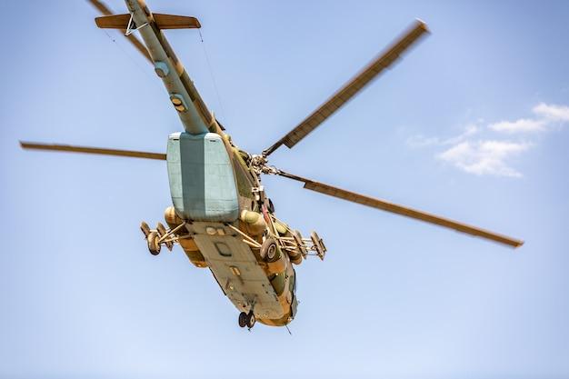 Militärhubschrauberfliegen während der übung, die eine militärdemonstration durchführt
