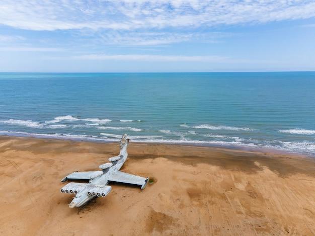 Militärische alte verlassene ekranoplan-flugzeug steht am ufer des asowschen meeres
