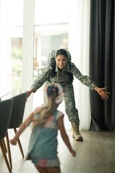 Militärische frau weint. emotionale militärfrau, die sich beim weinen berührt und ihre kleine tochter sieht