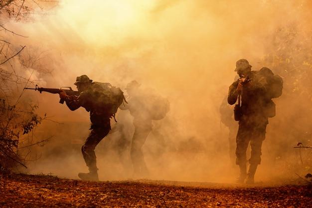Militärische silhouetten auf dem schlachtfeld.
