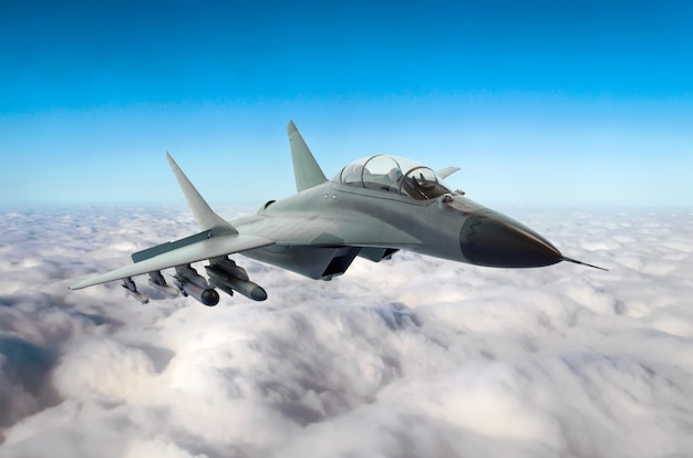 Militärischer kampfjet fliegt am himmel über den wolken