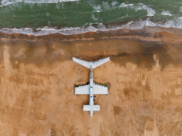 Militärisches altes verlassenes ekranoplan-flugzeug steht im sommer am ufer des asowschen meeres in dagestan
