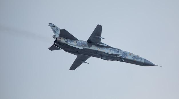Militärisches kampfflugzeug mit variablem schwenkflügel auf himmelshintergrund.