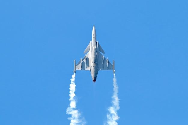 Militärkampfflugzeug auf blauem himmel