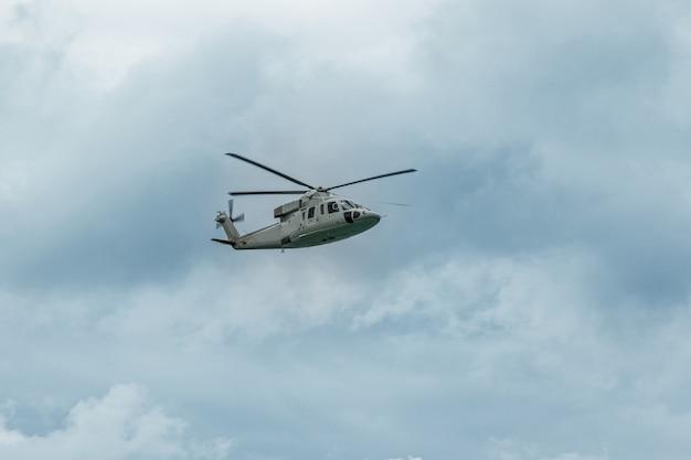 Militärmarinehubschrauber am himmel