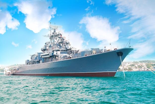 Militärmarineschiff in der bucht mit blauem himmel und wolken