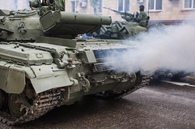 Militärpanzer auf der straße