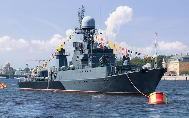Militärschiff auf der newa, st. petersburg