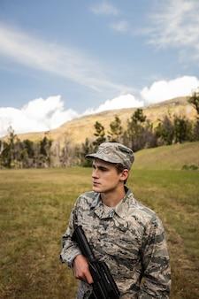 Militärsoldat bewacht mit einem gewehr