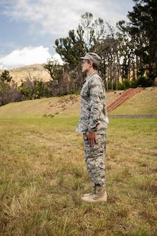 Militärsoldat, der auf aufmerksamkeitshaltung steht