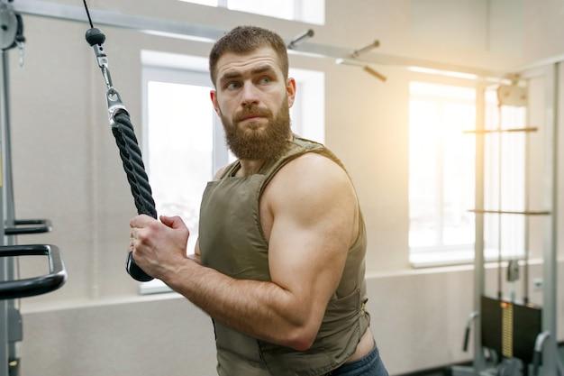Militärsport, muskulöser kaukasischer bärtiger erwachsener mann, der übungen tut