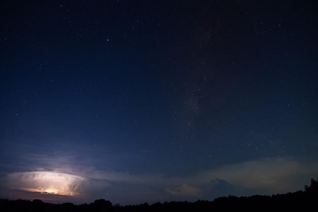 Milkyway und lightning sky in der nacht