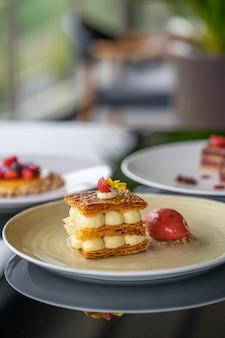 Mille-feuille-dessert mit erdbeeren und eis
