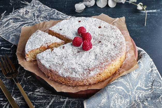 Millefeuille-kuchen mit himbeeren.