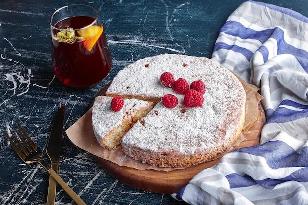 Millefeuille-kuchen mit zuckerpulver und einem glas glitzern.