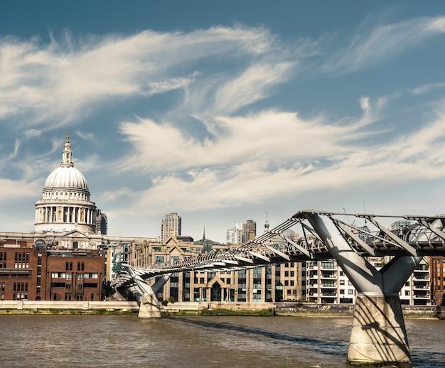 Millenium bridge und st. paul in london