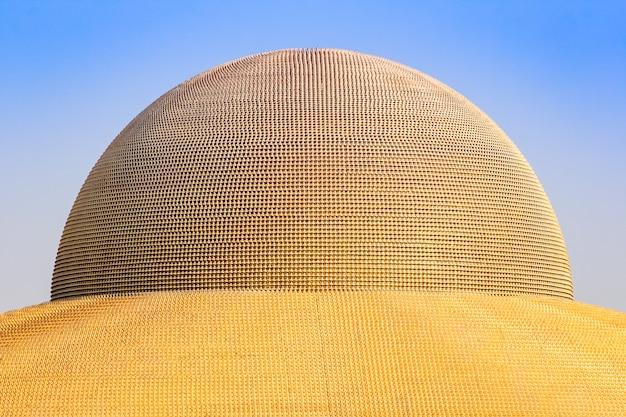 Million goldene buddha-figur der dhammakaya-pagode im wat dhammakaya