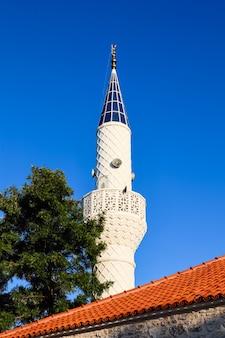 Minarett der moschee auf einem hintergrund des blauen himmels in bitez bodrum türkei