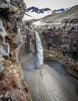 Mineralfelsen und ein schöner wasserfall in kamtschatka, russland